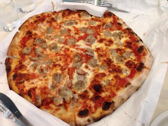 Frank Pepe Pizzeria Napoletana : Tomato pie with mozzarella and sausage