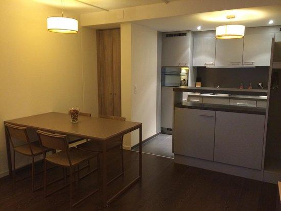 Mercure Plaza Biel: Salle à manger. Cuisine. (C est un studio)