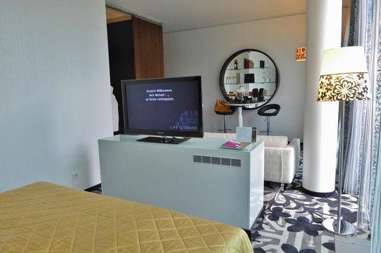 Kameha Grand : TV nicht um 180 Grad drehbar- Fehlkonstruktion!