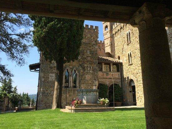 Castello di Monterone: The courtyard of the hotel