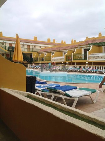 Caleta Garden: 9am - sun loungers reserved, lots of annoyed people went away...