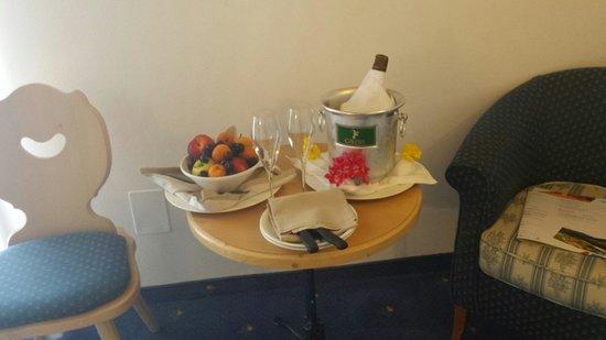 Piccolo Hotel Suite Resort: Frutta e prosecco (a pagamento!)