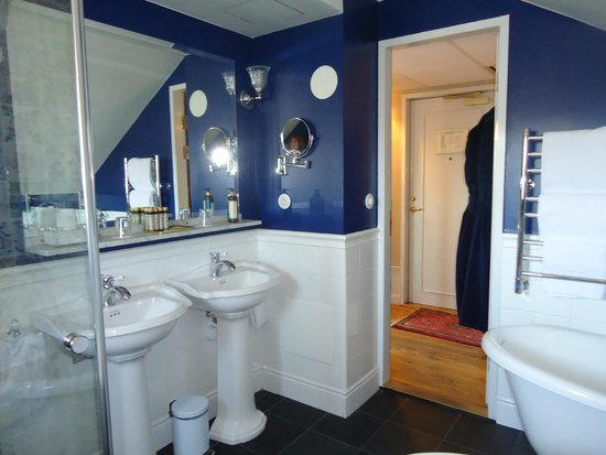 Victory Hotel: double sinks navy colored walls