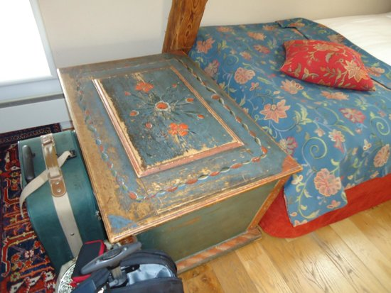 Victory Hotel: wonderful hand painted antique chest