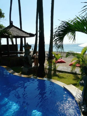 Bali Bhuana Beach Cottages : pool and beach