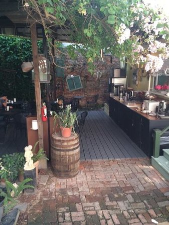 Olde Town Inn: Courtyard breakfast area