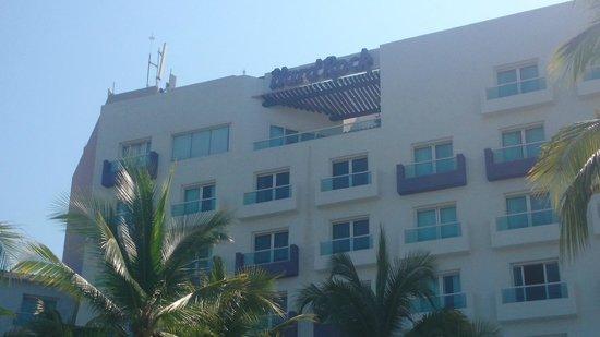 Hard Rock Hotel Vallarta: Vista desde la alberca al hotel