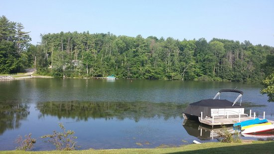 Black Swan Inn Berkshires, an Ascend Collection Hotel : View of Lake Laurel with Reflections