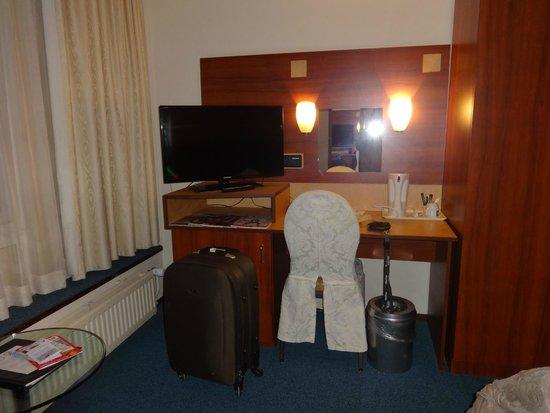 Hampshire Hotel - Beethoven Amsterdam: Escritorio con Calentador de agua, minibar y tv