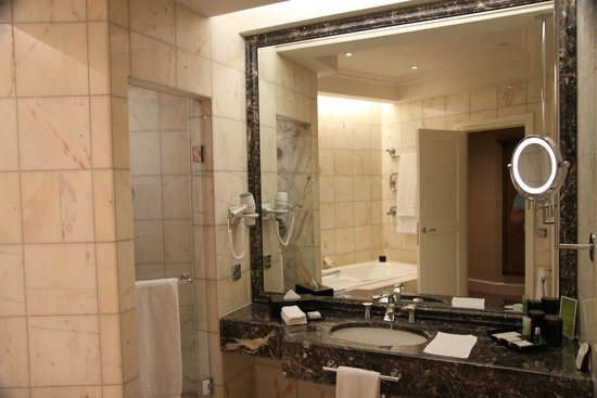 Mandarin Oriental, München: Bathroom