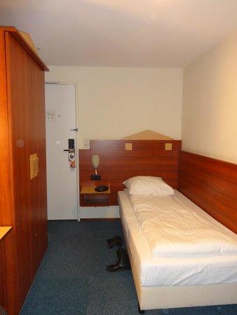 Hampshire Hotel - Beethoven Amsterdam: Zona de cama, puerta y ropero