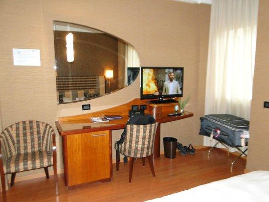 BEST WESTERN Hotel Madison : aparador com tv e frigobar