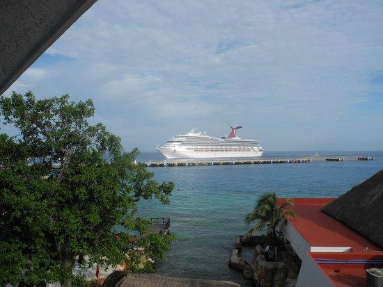 El Cid La Ceiba Beach Hotel: cruise boat