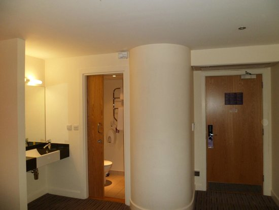 Premier Inn Manchester Airport (M56/J6) Runger Lane South: bedroom
