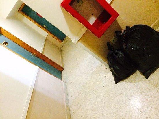 Burlington Apartments: NO IDRANTE CON IMMONDIZIA ALLEGATA
