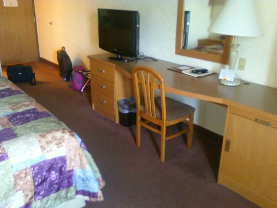 Sleep Inn & Suites Lake of the Ozarks: desk space and TV