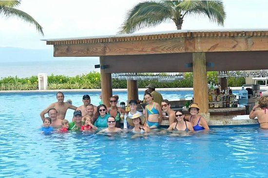 Grand Luxxe Nuevo Vallarta: Family Photo Swim Up Bar