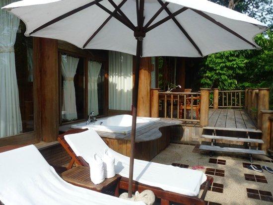Santhiya Koh Phangan Resort & Spa: suite avec piscine privé douche et baignoir