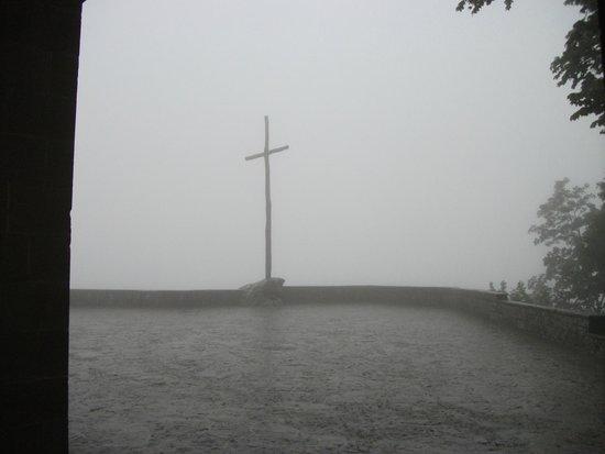 La Verna (Santuario Francescano) : Il Piazzale del Santuario con tanta nebbia fitta