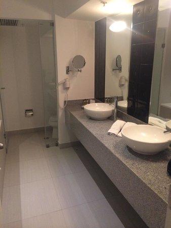 NM Lima Hotel: El baño de la suite !