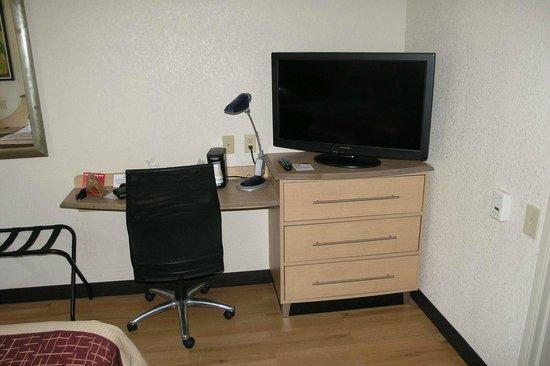 Red Roof Inn Utica : Work area & TV