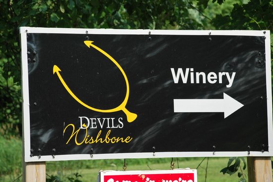 Devil's Wishbone Winery: Sign