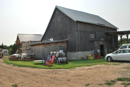 Devil's Wishbone Winery : Outside the Barn