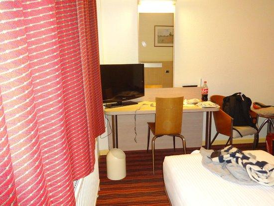 Astrid Centre Hotel Brussels: Escritorio con tv