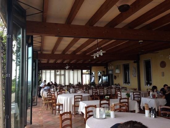 la sala da pranzo in veranda - Picture of Tamburino Sardo, Custoza ...