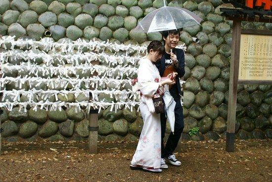 Fushimi Inari-Taisha: Visitantes fazem seus pedidos