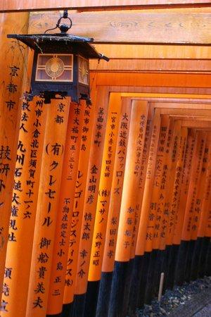 Fushimi Inari-Taisha: Os inúmeros Toriis no caminho pelos jardins do santuário