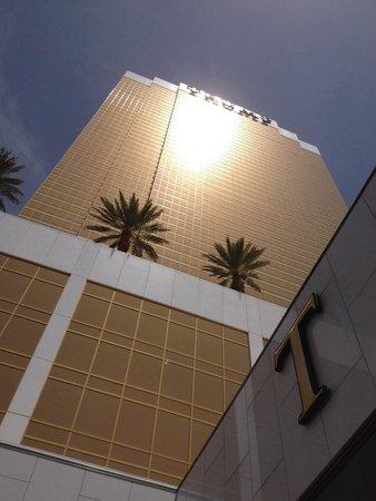 Trump International Hotel Las Vegas: L'entrée et la façade principale