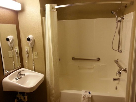 Microtel Inn & Suites by Wyndham Macon: Empty Restroom