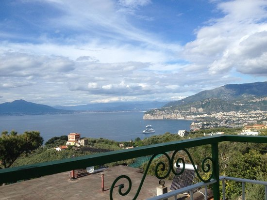 Il Nido Hotel Sorrento: afternoon view to town center and Vesuvius