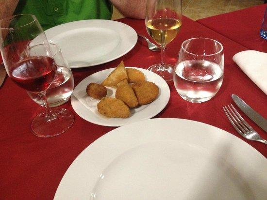 Restaurante Abadia Do Porto: Salgadinhos (Pequeno) = Croquettes : morue, viande, crevette