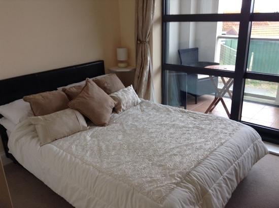 Westbeach Resort: double bedroom with flatscreen TV