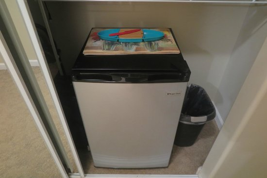 Island Goode's: Mini fridge with plenty of space. We stored our bread, peanut butter and jelly in here