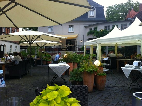 Romantik Hotel Am Bruhl: Outdoor dining