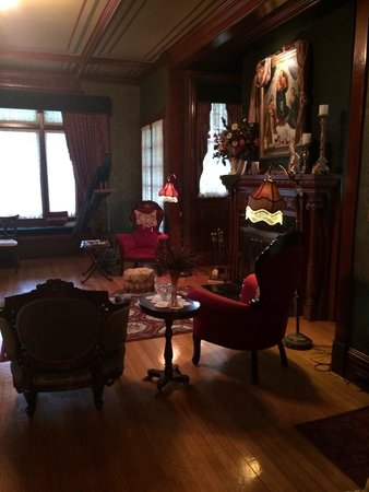 Alexander Mansion Bed & Breakfast: A welcoming wine social in the living room