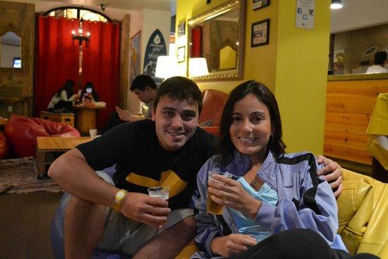 Yes! Lisbon Hostel : Tomando uma cervejinha na área de convivência do hostel.