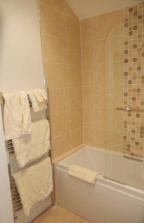 Abbey Guest House: bathroom with heated towel rack