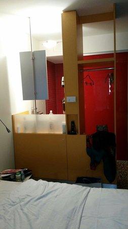 Ibis Styles Berlin Mitte: Piano rialzato con lavello, specchio e doccia.