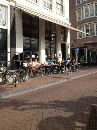 Brasserie Baton: terras aan de straat