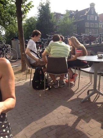 Brasserie Baton: kijke op brug herenstraat/herengracht