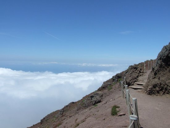 Hotel Capri: Above the clouds on volcano.