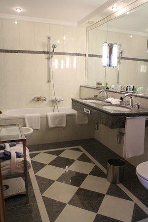 Grand Hotel Kronenhof: Bathroom