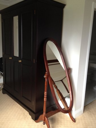 Knockranny House Hotel: Wardrobe/Mirror