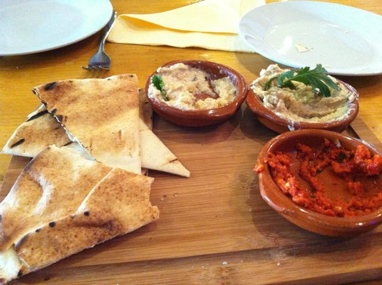 Marimonte: Complimentary flatbreads and dips