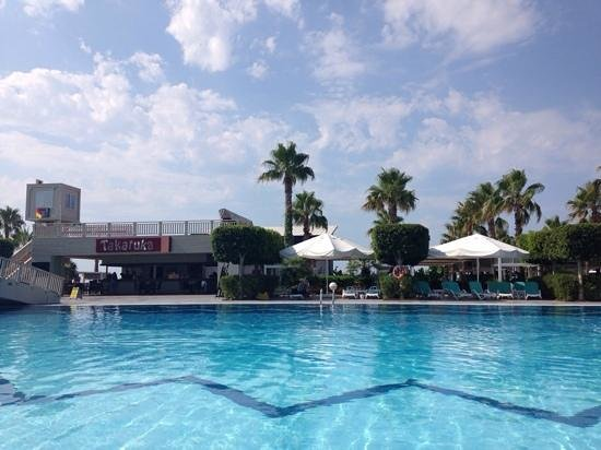 Susesi Luxury Resort : main pool and one of the bar and lunchtime restaurant areas