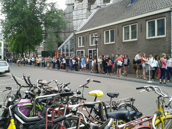 Maison Anne Frank : Queue in the early morning on Friday, July 25